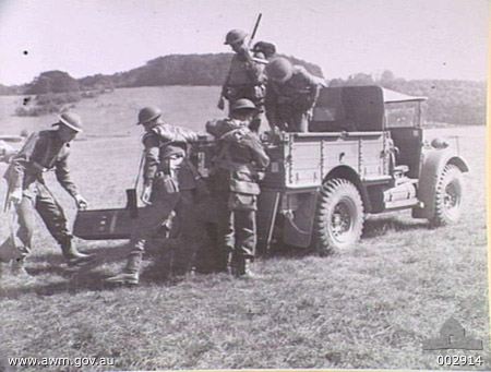 1940-08. SOMEWHERE IN ENGLAND. UNLOADING MACHINE GUN BEFORE GOING INTO ACTION.
